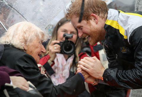 Daphne Dunne selalu menyambut Pangeran Harry di setiap kedatangannya di Australia (dok. Harper's Bazaar)