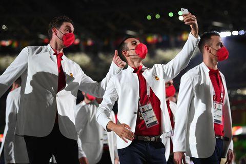 pau gasol se agacha para salir en una fotografía de un miembro de la delegación española en el desfile de apertura olímpico de tokio 2020
