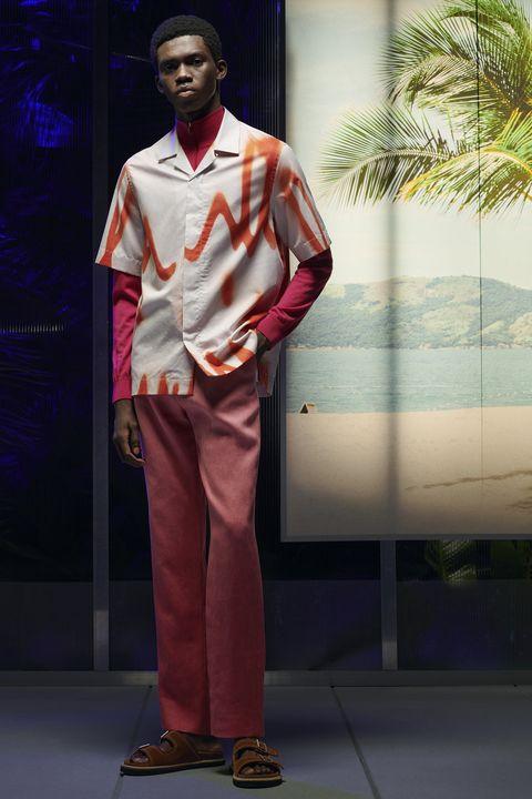modelo desfilando con camisa de manga corta