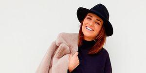 Paula Echevarría con abrigo Teddy, sudadera y jeans de Mango