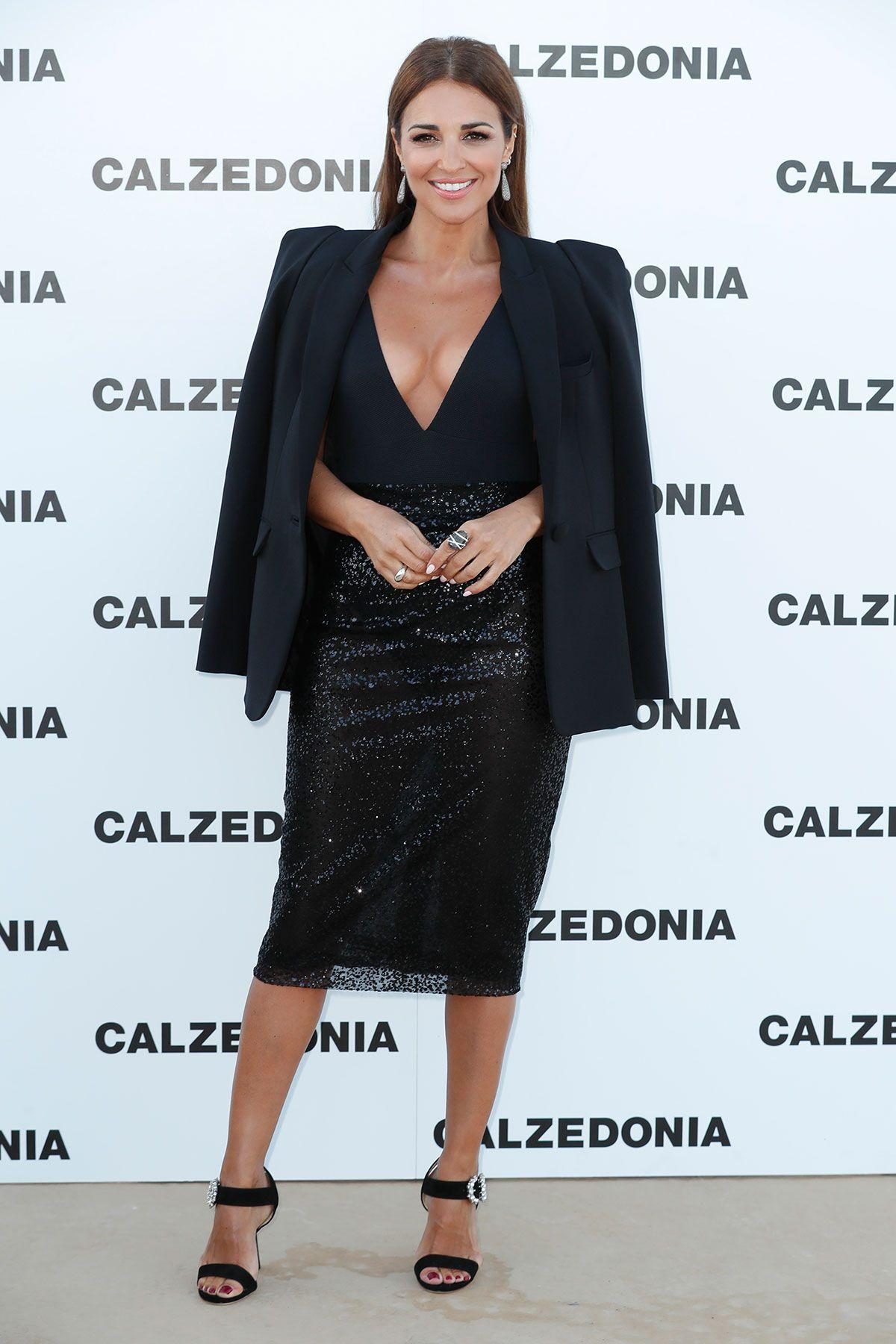 Rostros famosos como el de Sara Carbonero y Paula Echevarría se dan cita en Ibiza para asistir al desfile de Calzedonia.