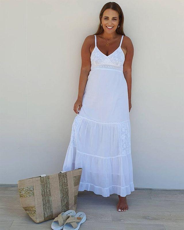 paula echevarría con con vestido blanco largo de tirantes de koala bay