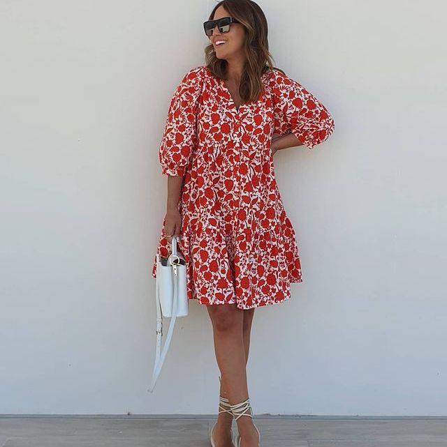 paula echevarría con un vestido corto con estampado de flores de mango
