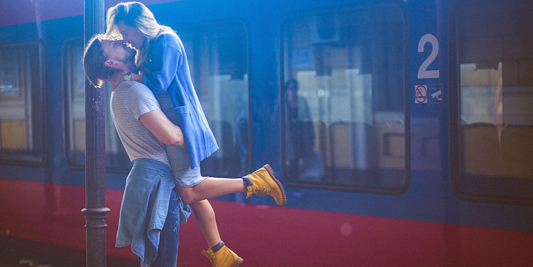Una coppia si saluta in stazione