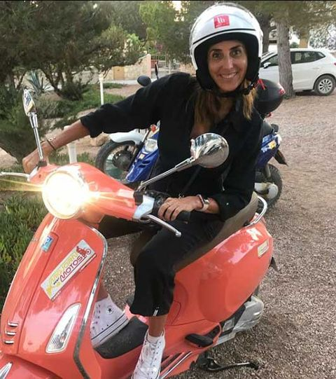 Paz Padilla vacaciones Formentera: Paz montando en moto con su hija