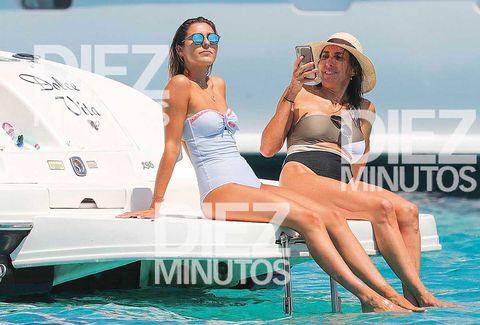 Paz Padilla le hace fotos con el móvil a su hijaAnna Ferrer en su vacaciones en Formentera