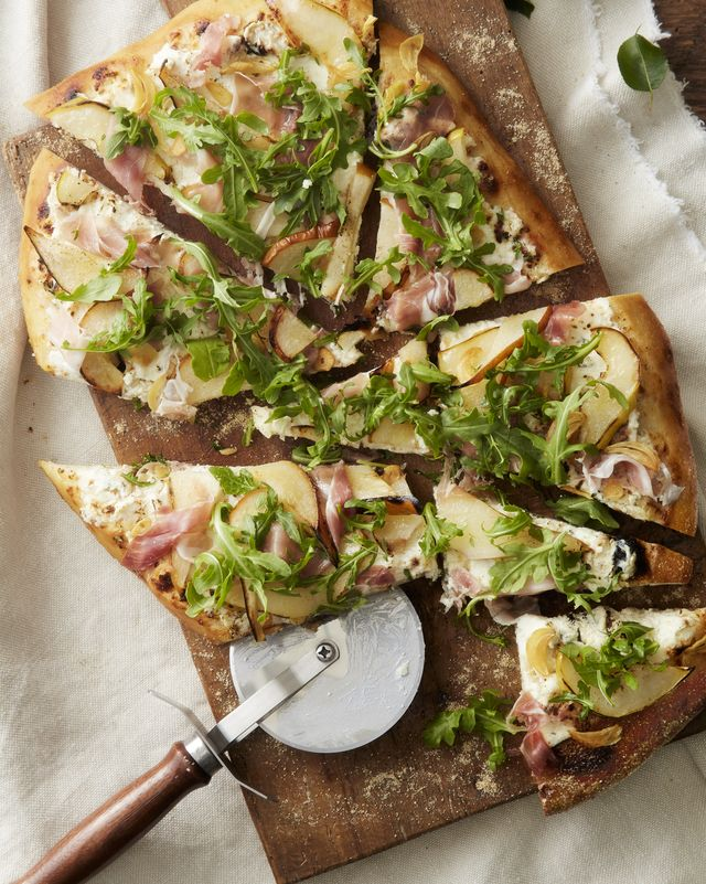 pear, prosciutto, and goat cheese pizza with arugula