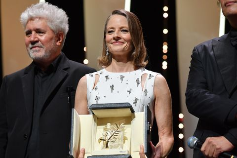 茱蒂佛斯特獲頒坎城影展終身成就獎!奧斯卡影后偕老婆甜蜜現身紅毯