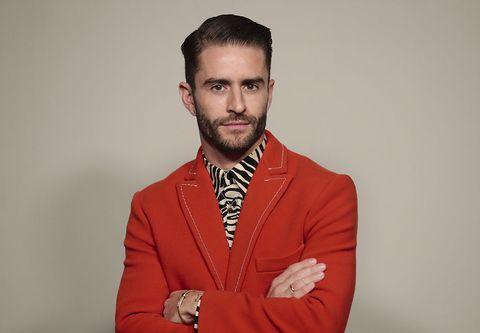 Pelayo Díaz con traje rojo y camisa de cebra