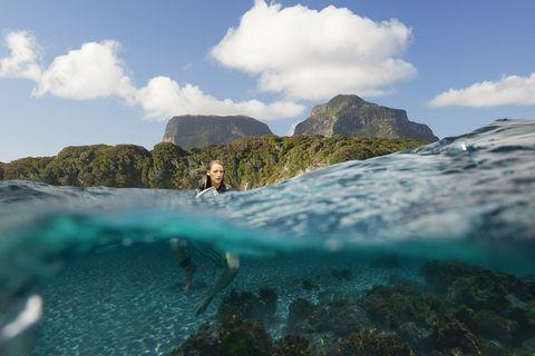 surfista sola en el mar