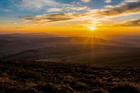 Sky, Nature, Horizon, Atmospheric phenomenon, Sunrise, Sunset, Cloud, Morning, Natural landscape, Atmosphere,