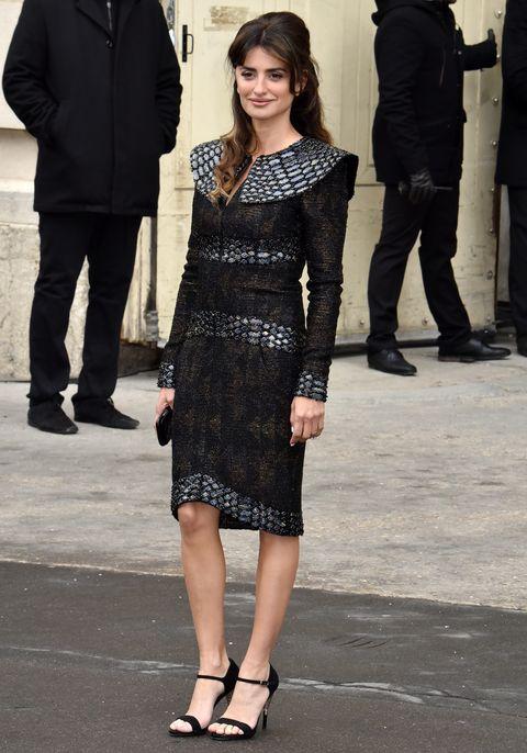 Penélope Cruz con vestido negro de Chanel en la Semana de la Moda de París