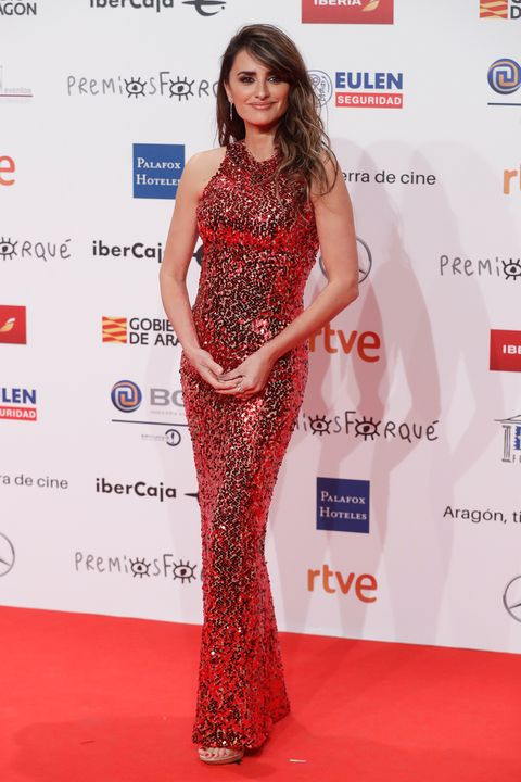 Clothing, Red carpet, Dress, Fashion model, Carpet, Red, Premiere, Hairstyle, Shoulder, Fashion,
