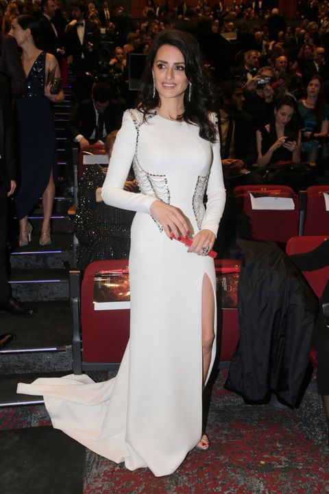 Repasamos todos los estilismos que la actriz Penélope Cruz ha elegido, a lo largo de su carrera, para asistir a los premios Goya. Algunos más acertados que otros.