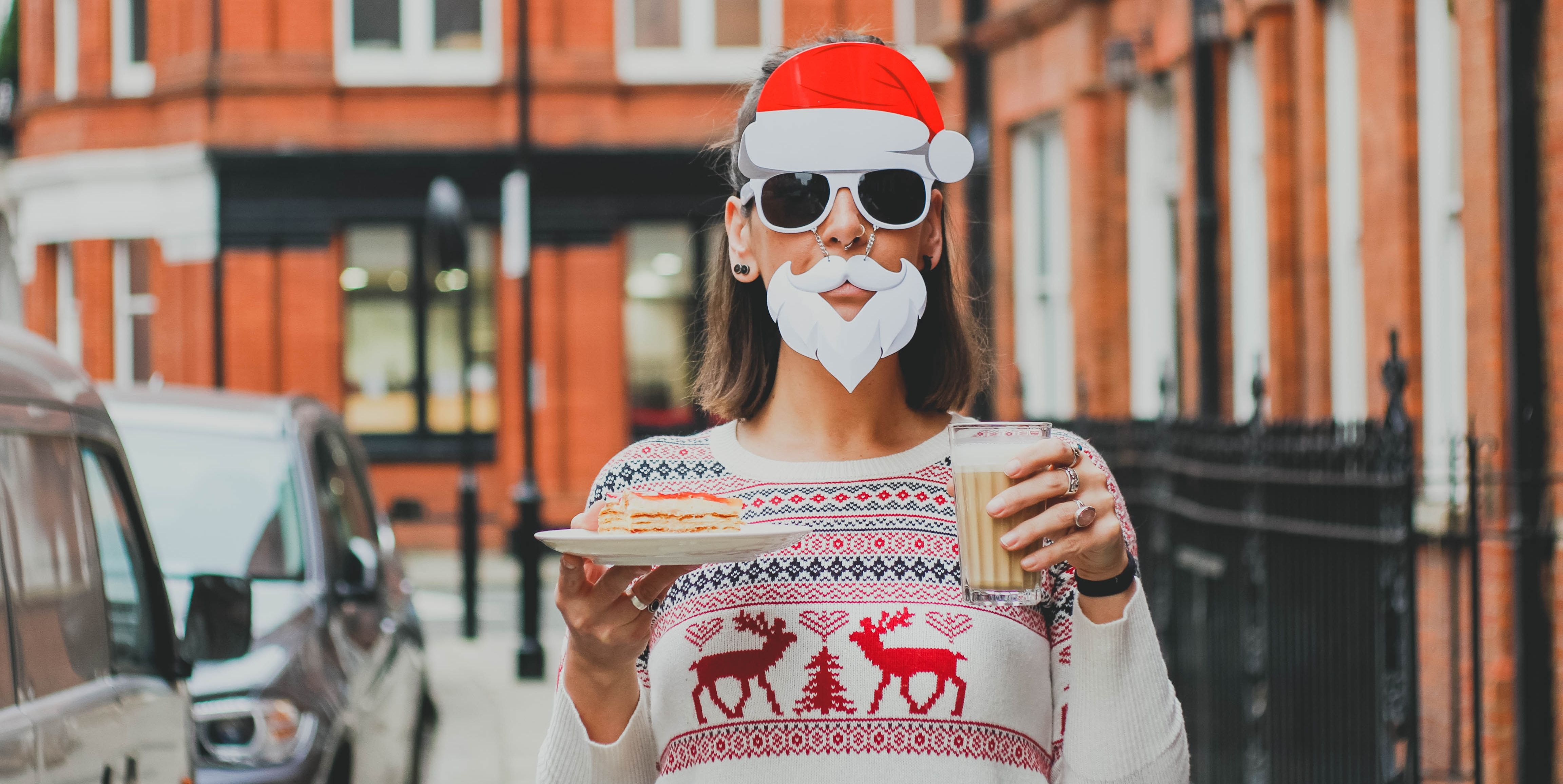 Una ragazza vestita da Babbo Natale regala doni semplici