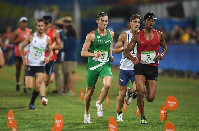 varios atletas corren el la última prueba de pentatlón moderno en río 2016