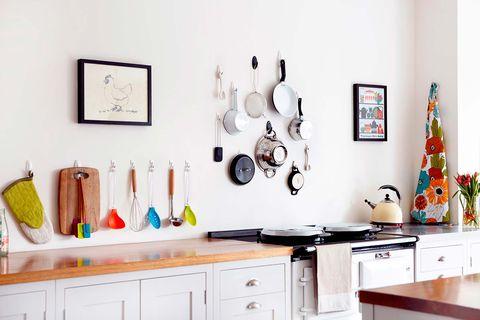 cocina ordenada con utensilios colgados en la pared