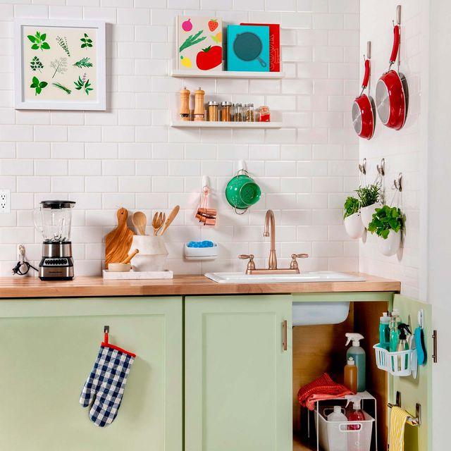 cocina pequeña ordenada con ganchos en la pared