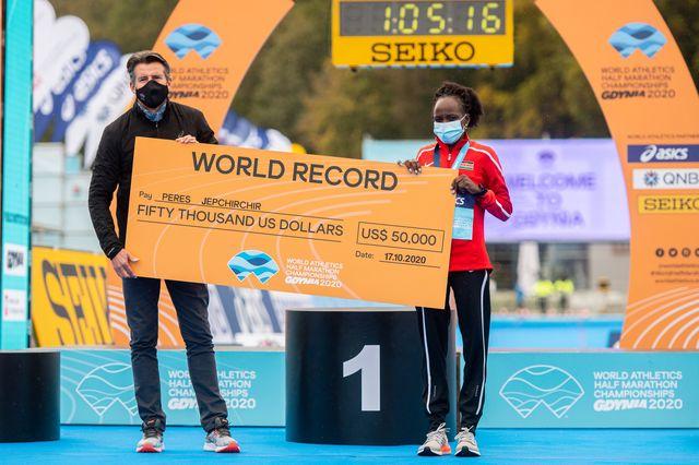 sebastian coe entrega el premio por el récord del medio maratón de mujeres en gdynia
