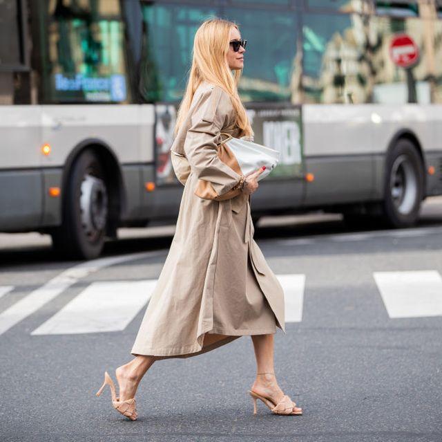 vrouw op straat in trenchcoat