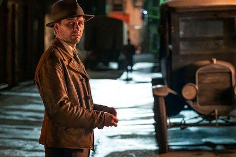 un hombre en una calle de noche en la serie perry mason