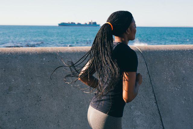 hardlopen vrouw op pier