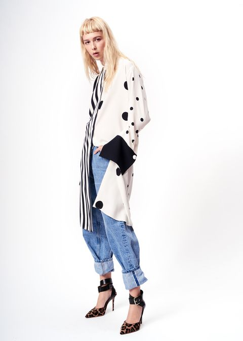 Clothing, Sleeve, Shoulder, Textile, Joint, Outerwear, Collar, Style, Knee, Street fashion,
