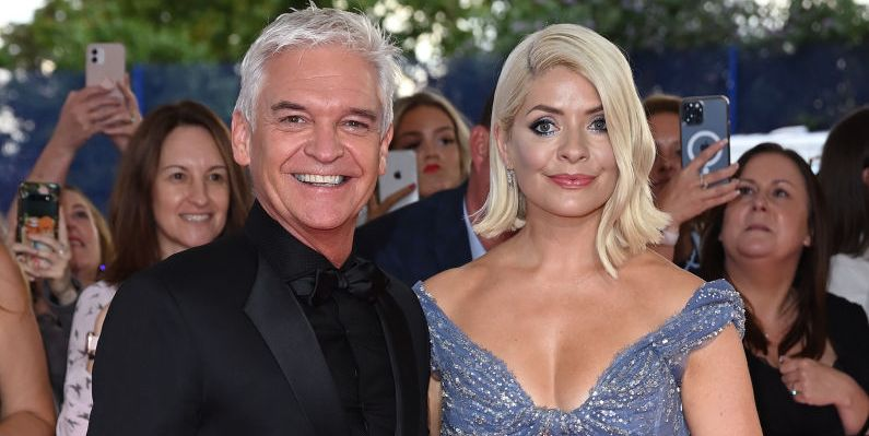 Holly Willoughby shared a lift selfie with the whole This Morning team after NTA win
