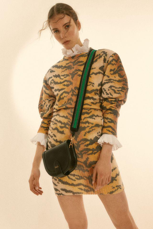 imagen del lookbook de philosophy con modelo con look en animal print de tigre, blusa romántica y bandolera negra