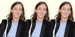 Ontwerper Phoebe Philo met zwart colbert en blauw overhemd