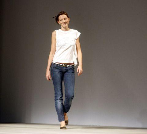 一個女生穿著白衣服牛仔褲