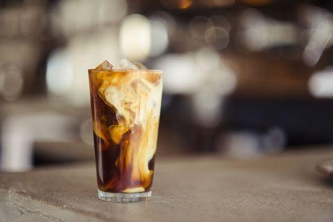 Chi ha detto che il caffè si beve (solo) caldo? Queste super ricette di caffè freddo daranno una svolta alla vostra estate