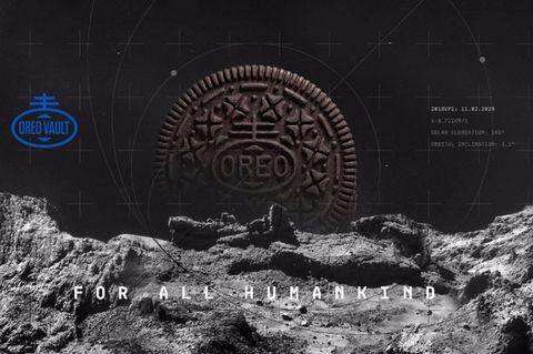 黑色背景和灰色岩石上有oreo