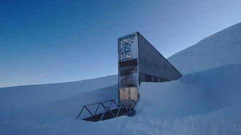 白雪當中有一棟鐵灰色的「oreo 保險庫」