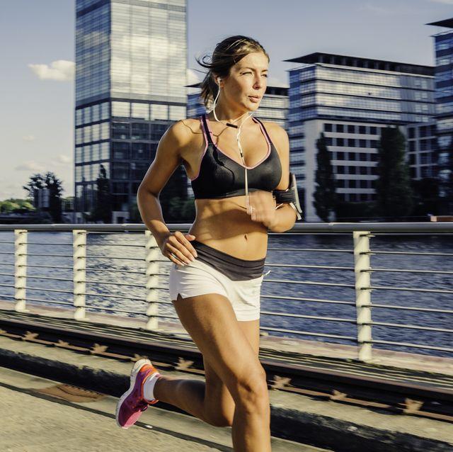 vrouw aan het hardlopen in een korte broek