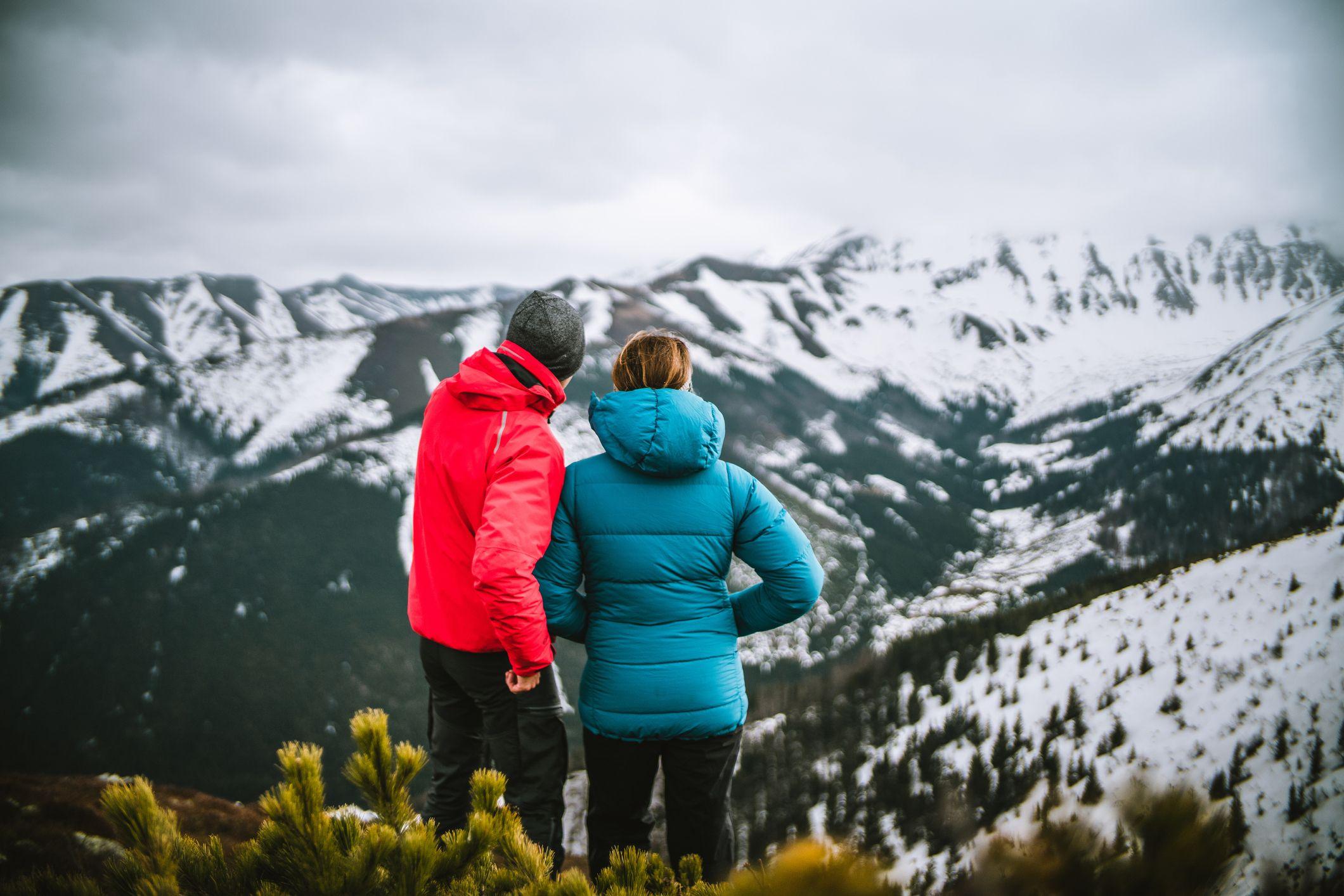 фотографът споделя идеи с жена на планина през зимата