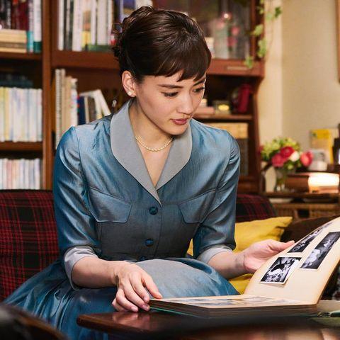 Suit, Sitting, White-collar worker, Reading, Outerwear, Blazer, Formal wear, Jacket, Learning,