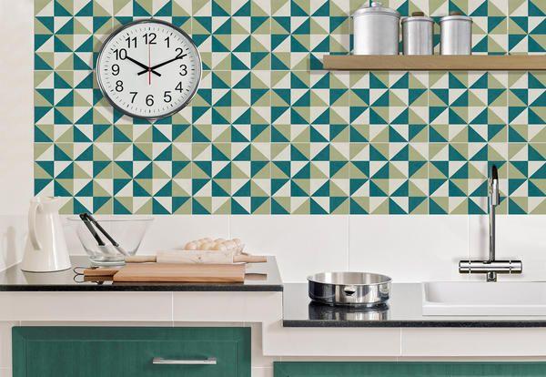 Piastrelle adesive per cambiare look alla cucina senza demolizioni