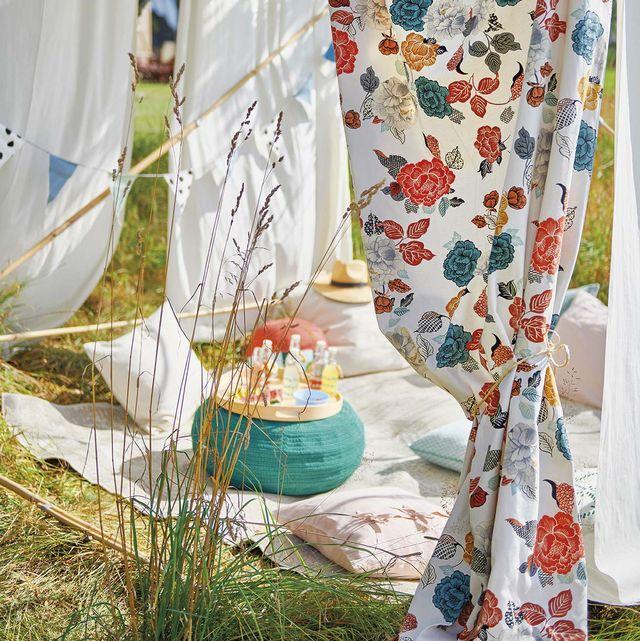 comer en el jardín picnic con telas de flores