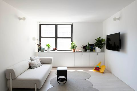 salón minimalista decorado en tonos neutros