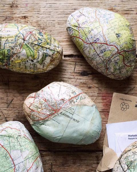 piedras decoradas con mapas