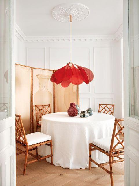 comedor de estilo clásico con lámpara de techo con forma de pétalos