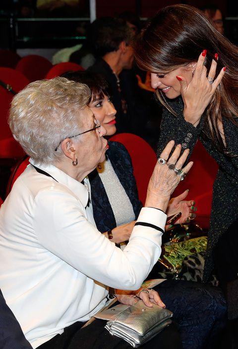 Penélope Cruz charla con su suegra, Pilar Bardem, en los premios Unión de Actores y Actrices