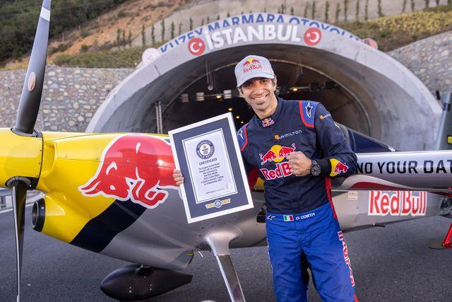 piloto italiano bate cinco récords guinnes al atravesar dos túneles con su avión