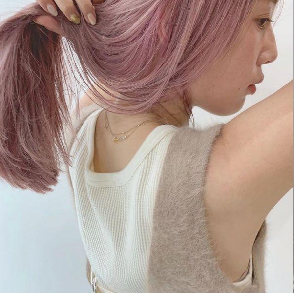 比咖啡色更時髦!日韓妞淪陷「煙燻玫瑰」粉棕髮色,染完意外五官更加溫柔迷人