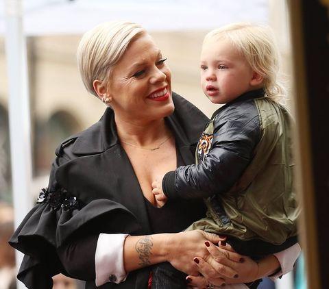 Pink en zoon Jameson bij de Hollywood Walk of Fame