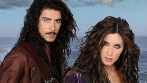 Óscar jaenada y pilar rubio en la serie piratas