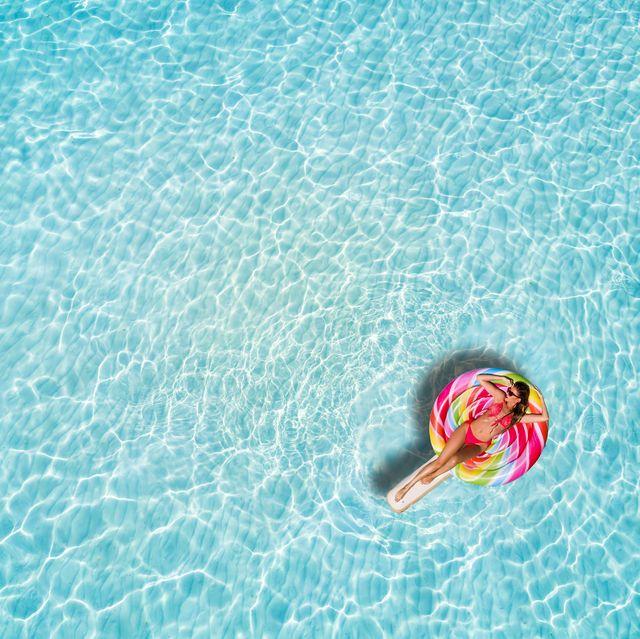 Mujer sobre un flotador en la piscina