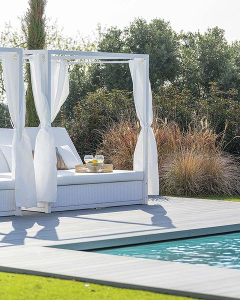 piscina con daybed