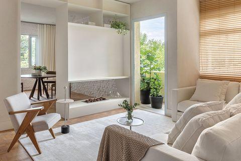 un piso con espacios comunicados salon comedor con chimenea